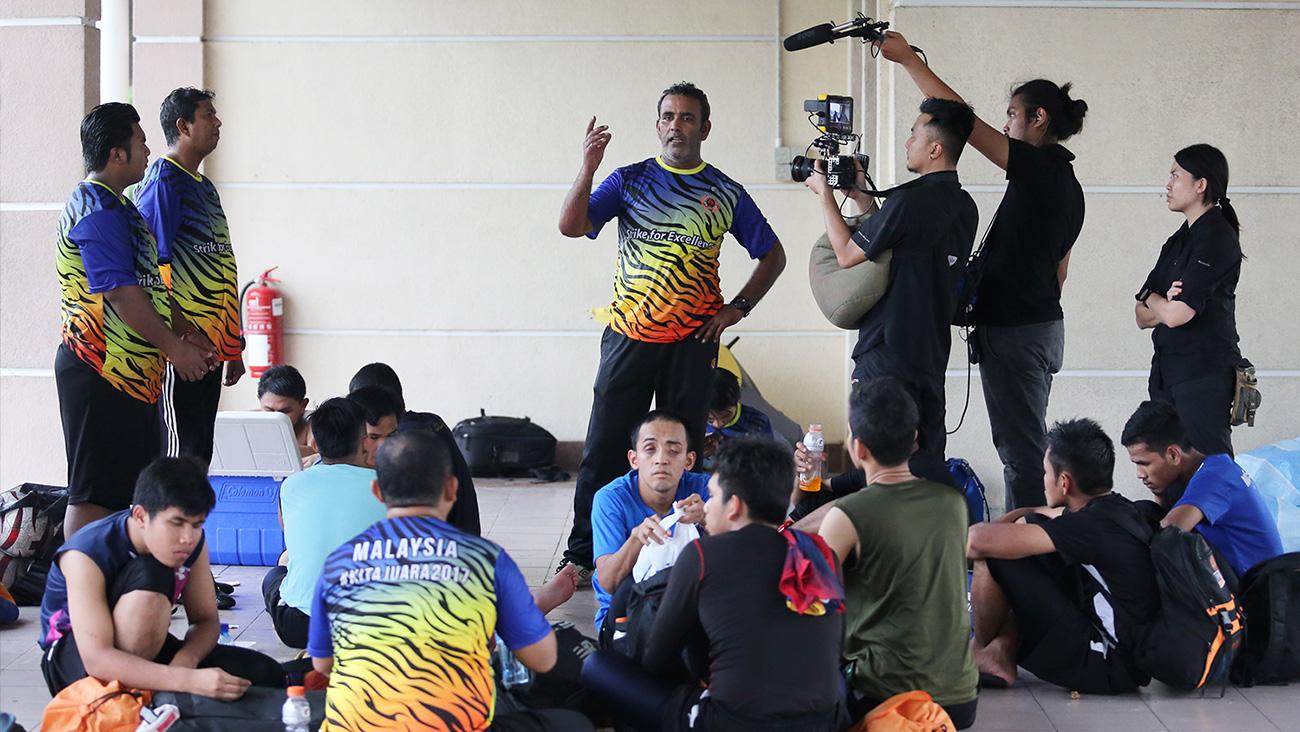 Krew kamera merakam jurulatih Sunny yang sedang memberi penerangan kepada pemain bola sepaknya selepas sesi latihan.